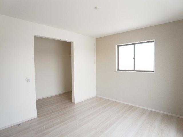 現地写真 主寝室には大型のウォークインクローゼット!整理整頓できて便利です♪