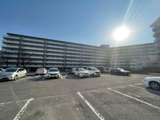 稲毛パークハウスB棟 平置きの広々とした駐車場の付いたマンションです。 ※空き要確認