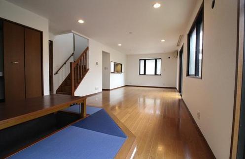 リビングを通って2階に上がるリビングイン階段で、コミュニケーションがとりやすい☆