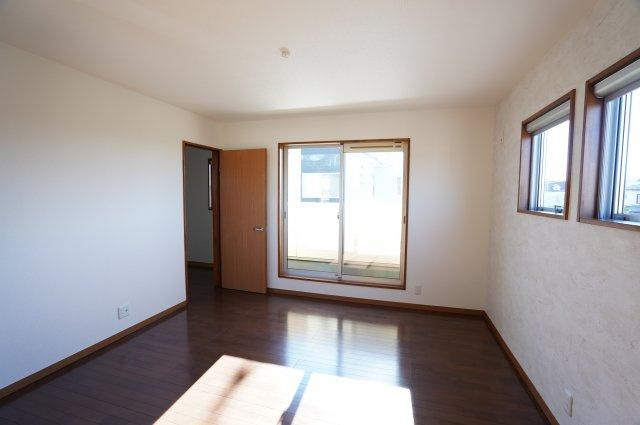 2階 8帖 陽当りのよいお部屋で快適に過ごせそうですね。