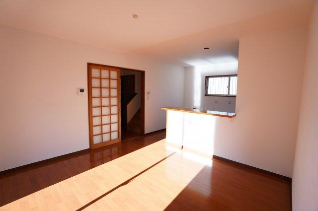 キッチンからお部屋全体を見渡しやすいです。