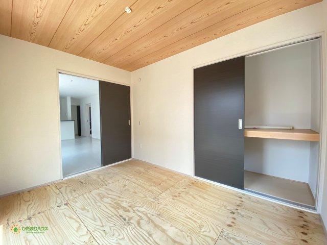 リビングと続き間の和室、空間を広く演出してくれます。