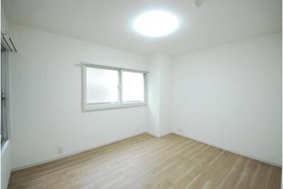 北側の洋室です。小さなバルコニーもあり、換気良好です。