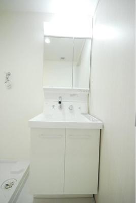 洗面台も交換済み。明るく清潔感がございます。