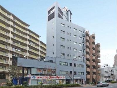 都営大江戸線「西新宿五丁目」駅より徒歩約8分のマンションです。