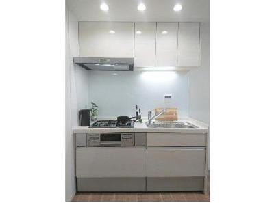 キッチンには収納もあり、食器や調理器具などもしまう事が出来ます。