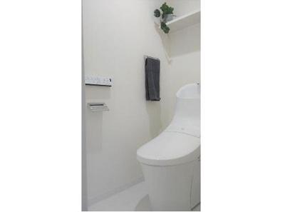 リフォーム済みトイレです。清潔感のあるお手洗いには温水洗浄便座付きです。