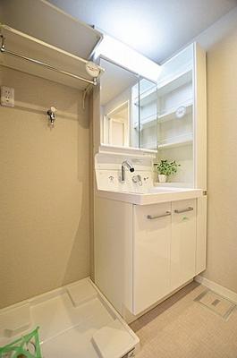 小物もすっきり片付く収納棚付きの洗面台です。