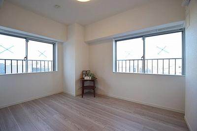 洋室は2面採光につき明るく、風通しも良好です。