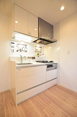 たっぷりの収納が付いたキッチン。浄水器も付いております。