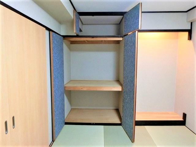 【現地写真】充分な収納スペースを確保。居室内に余計な家具を置く必要がないので、シンプルですっきりとした暮らしが実現しています♪