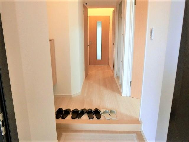 【現地写真】明るく開放的なひろ~い玄関♪収納も豊富で、お家の「顔」をいつもキレイにしておけます♪