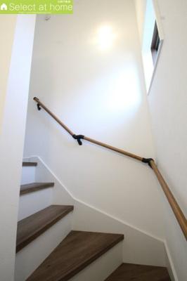 階段には手すり付きで安心