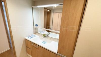独立洗面台あり、毎朝おしゃれに忙しい女性の方におすすめです。
