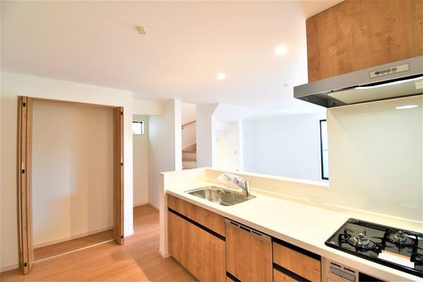 お天気のいい日は電気をつけなくても明るいキッチン! 収納が多く助かります!
