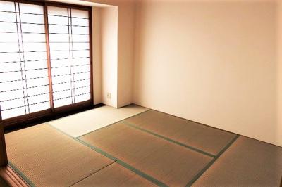 【現地写真】 光が入る和室は気持ちが良いですね♪落ち着いたカラーで仕上げたリラックス空間です♪