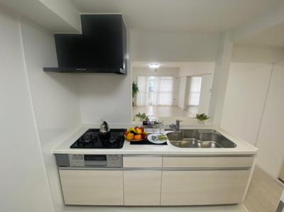 カラフルなキッチンツールが映えるキッチンです。