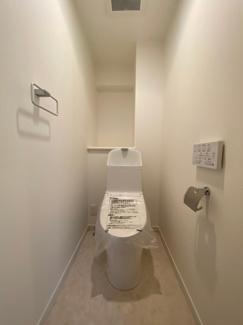 白で統一された清潔なトイレ。ウォシュレット付きです。
