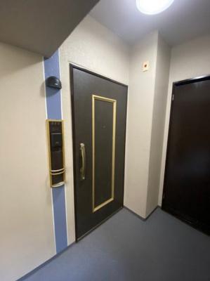 シックな色あいの落ち着いた玄関