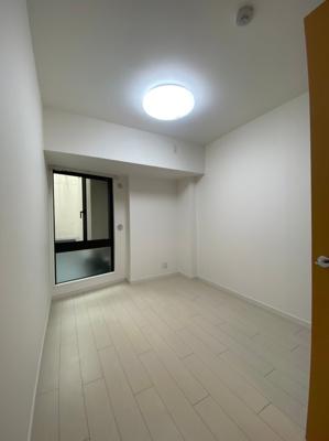玄関すぐ横の5.1帖の洋室です