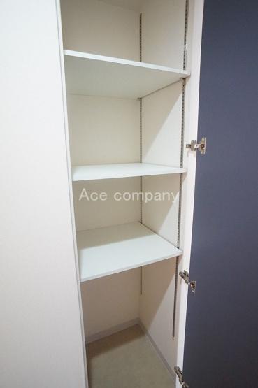 廊下の収納、中は可動式の棚です♪