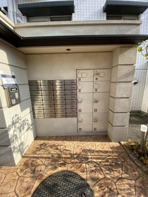 集合ポスト・不在時にもお荷物が受け取れる宅配ボックスです。