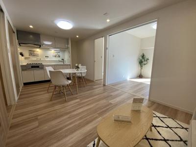 11.0帖のリビングです。 ダイニングテーブルやソファー、ローテーブルなどの家具もしっかりと配置できます♪