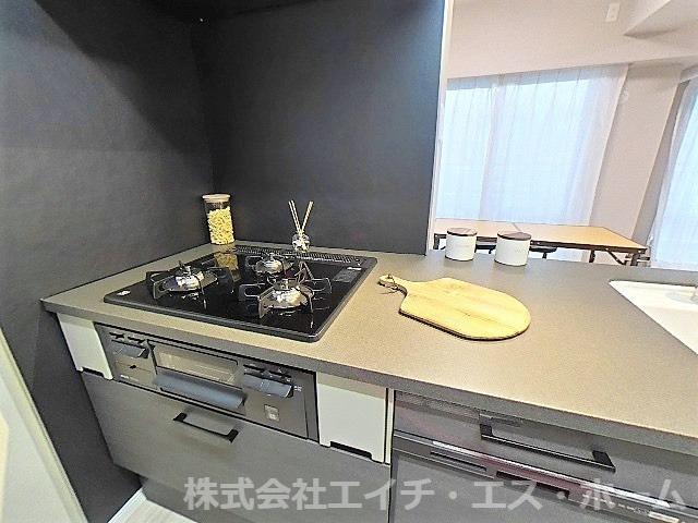 当社オススメのトクラス社製Bbシリーズ システムキッチンに交換!黒を基調とした斬新なデザイン性に【食洗機】・【ガラストップコンロ】、【浄水器一体型水栓】など、うれしい機能が内蔵されてます!