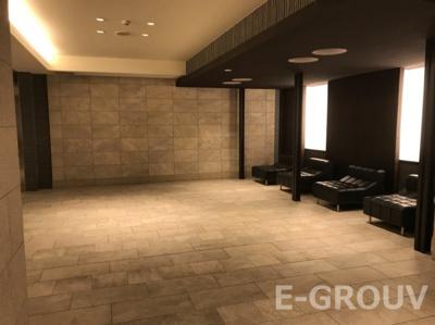 2016年完成の築浅マンションです!エントランスホールにはソファなどがあり、入居者のみなさまの憩いのスペースです。