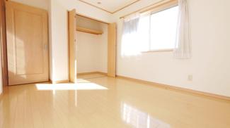 2階6.5帖の明るい部屋です