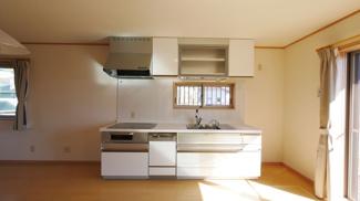 食器乾燥機付きの綺麗なシステムキッチン