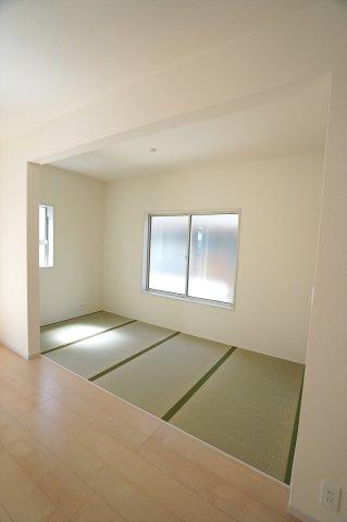 4帖畳コーナー アイロンがけや洗濯物の片付けなど、家事のスペースとしても使いやすいですね。
