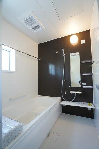 一坪サイズの広々した浴槽で、1日の疲れをゆっくり癒したいですね。