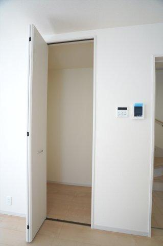 1階リビング収納です。フロアモップなどの掃除用具を収納するの便利です。使いたいときにパッと取り出せます。