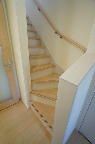 手すり付き階段です。お子様も安心して上り下りできます。