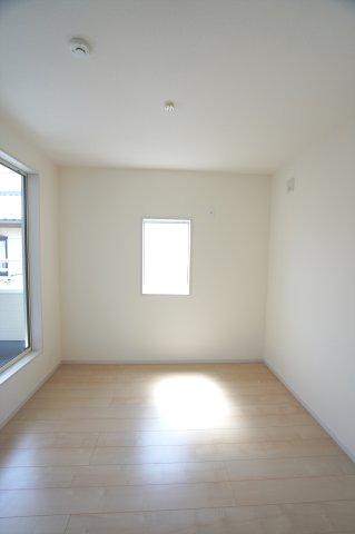 2階5帖 バルコニーがあるお部屋です。窓から差し込む光で明るいお部屋です。