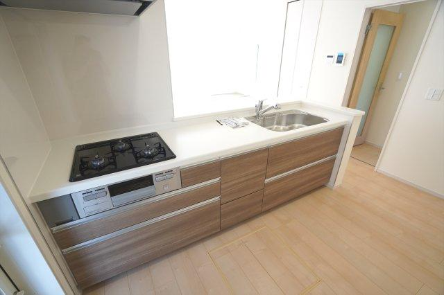 キッチン下の引出し収納でお鍋やフライパンもすっきり片付けられます。