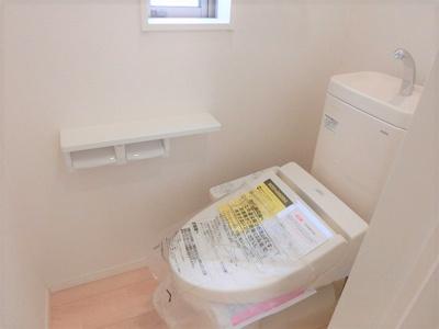 【同社施工写真】独立洗面台、朝の身支度には欠かせませんね♪ とっても見やすい三面鏡になっていますよ♪