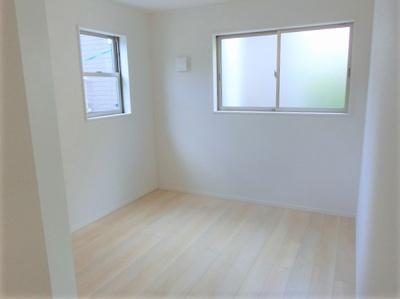 【同社施工写真】 独立性を高めたお部屋。たっぷりの収納も配備しており、片付いた空間を現実出来そう。陽光も降り注ぐ明るく開放的な空間が魅力的。大きな収納がございます♪