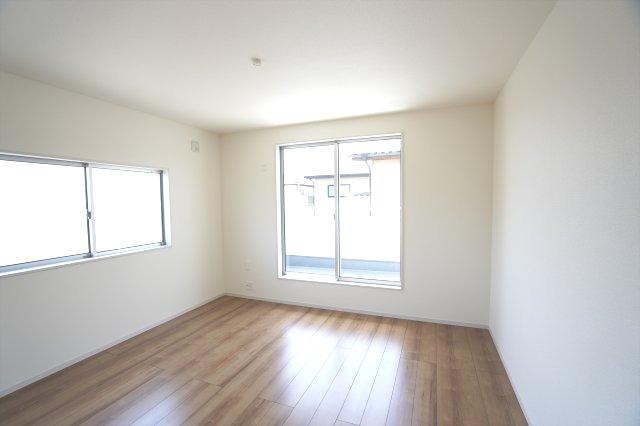 2階8帖 WICがあるお部屋です。バルコニーがあるお部屋なので明るいです。