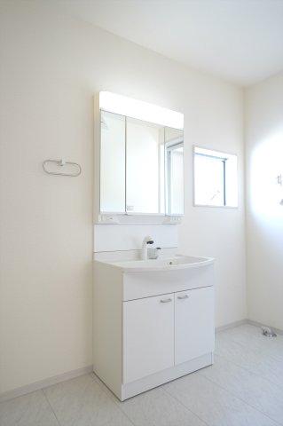 清潔感のあるシンプルな洗面化粧台です。