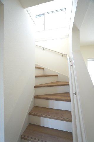 手すり付き階段です。お子様も安心して上り下りできますね。