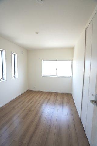 2階6帖 小窓がアクセントになったかわいいお部屋です。明るいですね。