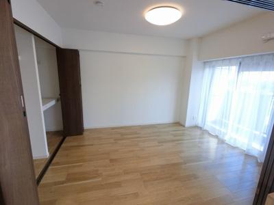 6.5帖の洋室です。 居室としてリビングとしてライフスタイルに合わせて活用できます♪