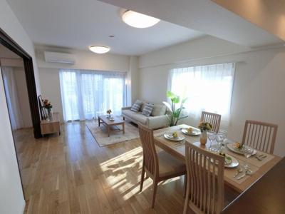 15.6帖のリビングは2面バルコニーに面しており採光・風通し◎ 家具付き物件、初期費用を抑えて新生活をスタート出来ます♪