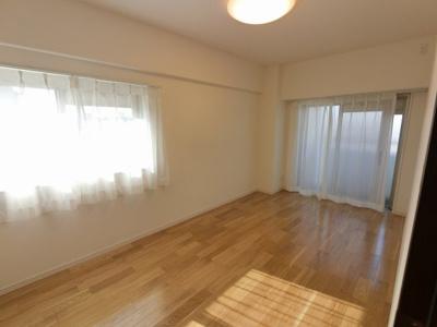 7.0帖の洋室は2面バルコニーで採光・風通し◎ ベッドも2つは置けますので、主寝室として使いやすいですね。