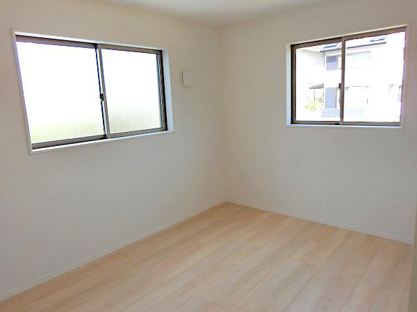 【現地写真】 独立性を高めたお部屋。たっぷりの収納も配備しており、片付いた空間を現実出来そう。陽光も降り注ぐ明るく開放的な空間が魅力的。大きな収納がございます♪
