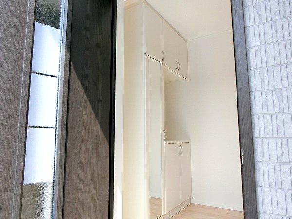 【現地写真】 玄関扉を開けると広々としたスペースがあります。大容量のシューズクローゼットもあって、収納スペースも十分ですね♪