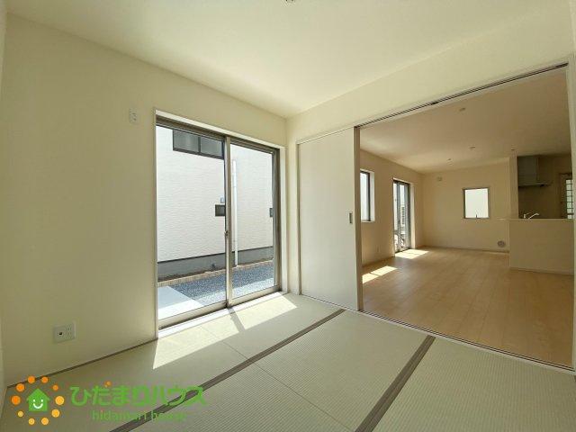 リビングと続き間の和室が空間を広く演出してくれます。