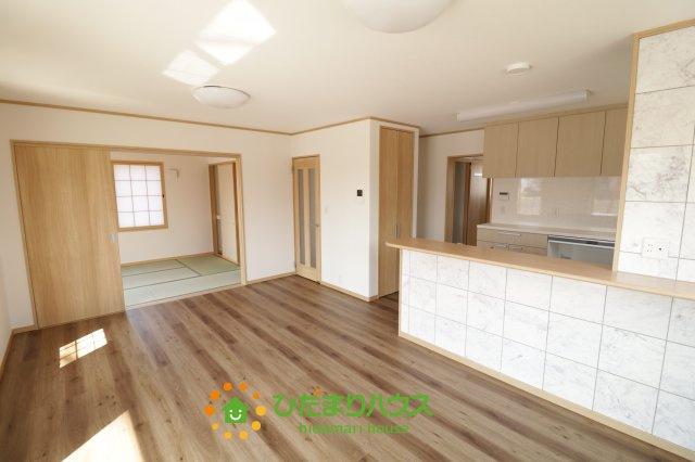 木目調の床やキッチンの柄がオシャレですね!